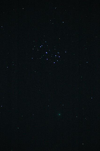 マックホルツ彗星機種:NIKON D70 露出時間:5.00秒 レンズF値:F4.8 露出制御モード:マニュアル設定 オリジナル撮影日時:2005:01:07 22:41:53 露光補正量:EV0.7 開放F値:F4.8 レンズの焦点距離:190.00(mm) ISO設定:1250