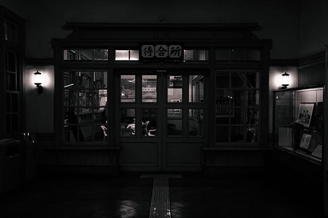 門司港駅待合室機種:NIKON D70 露出時間:1/25秒 レンズF値:F3.8 露出制御モード:プログラムAE オリジナル撮影日時:2005:07:24 06:13:54 露光補正量:EV0.3 自動露出測光モード:分割測光 フラッシュ:オフ レンズの焦点距離:25.00(mm) レンズの焦点距離(35mm):37(mm)
